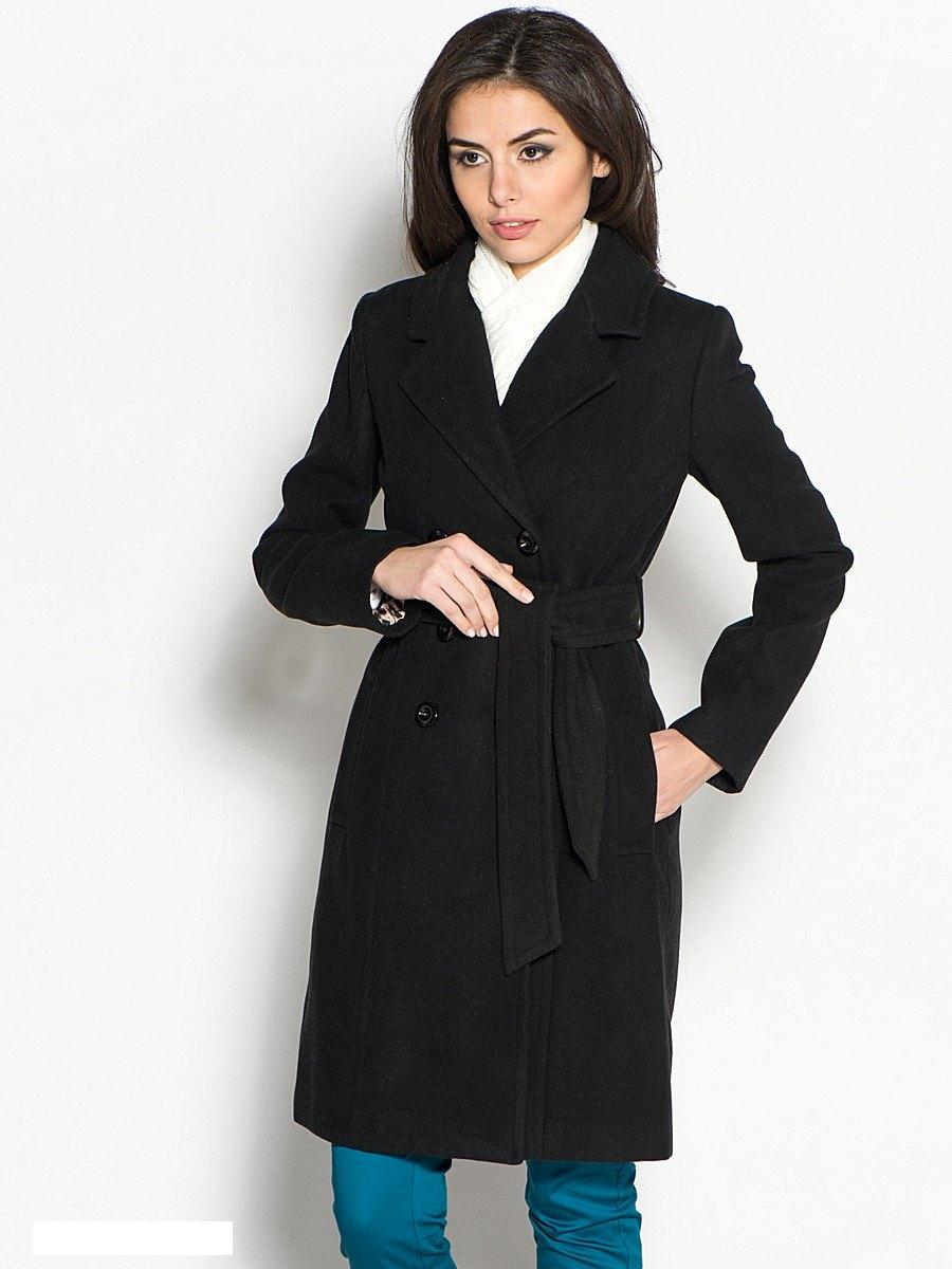 Модель в черном пальто.