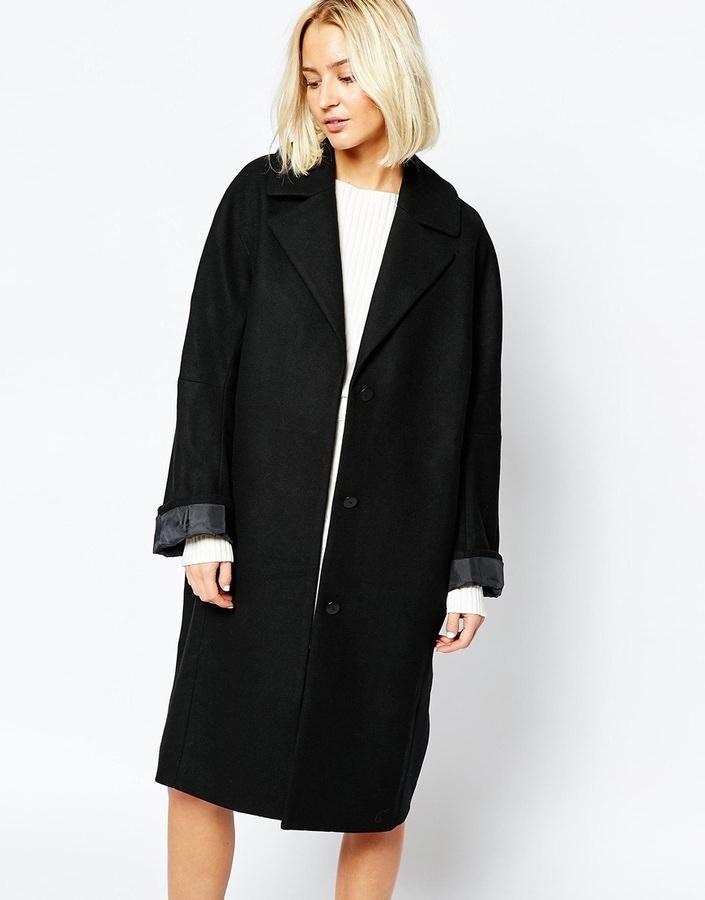 Блондинка в пальто прямого кроя.