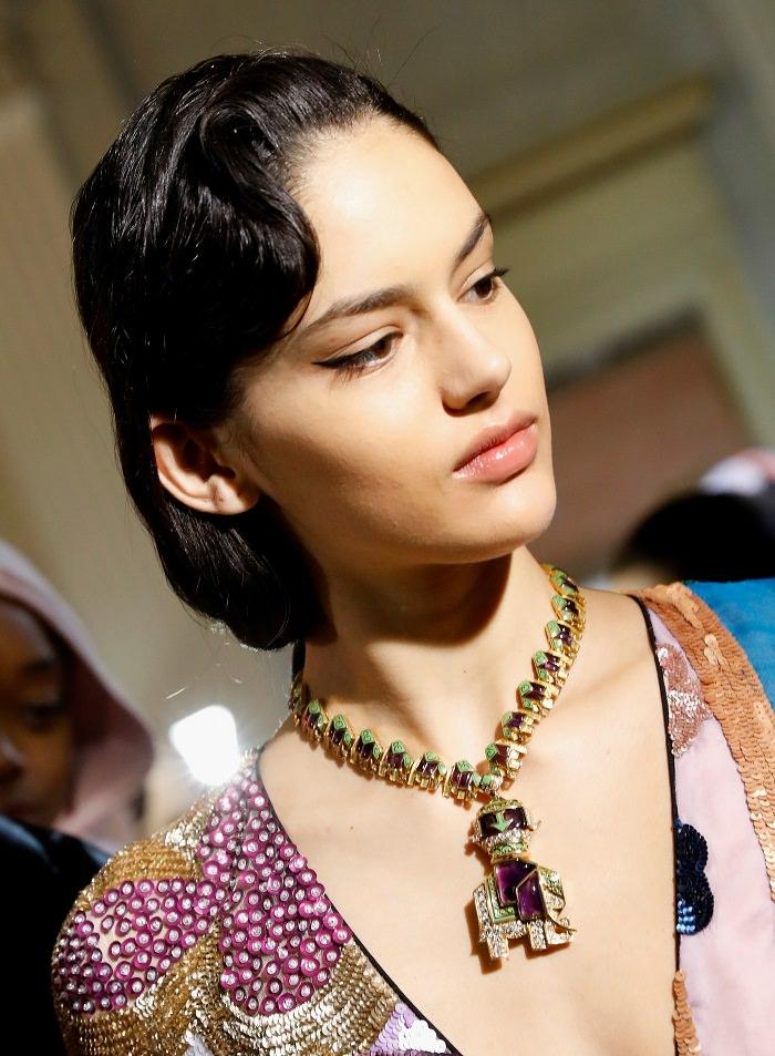 Красивая модельс украшением на шее.