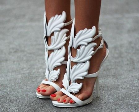 белые узорные туфли