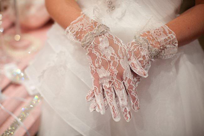 Свадебные перчатки: как носить?