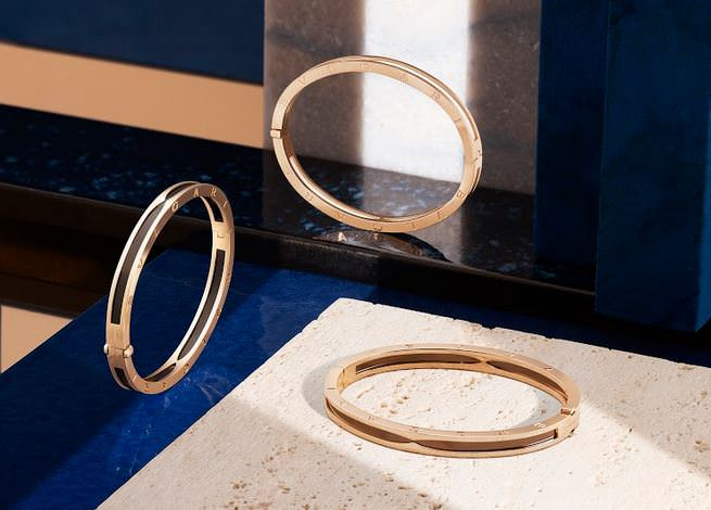 Золотые кольца на мраморе.