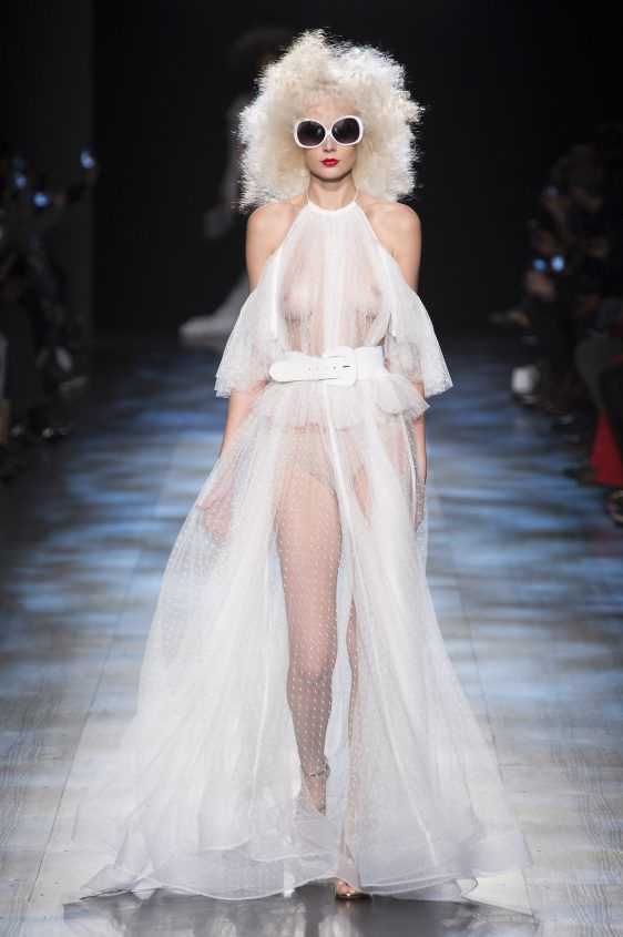 Прозрачное белоеплатье, видно все женское тело
