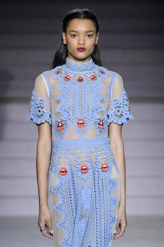 Голубое платье с круживами