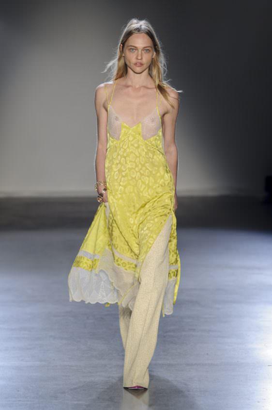 Желтое платье для женщин с маленькой грудью