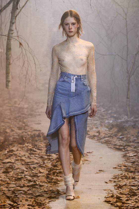 Прозрачная кофта с джинсовой юбкой