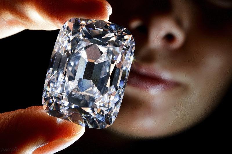 алмаз в руках женщины после модификации