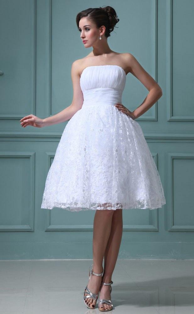 Изящное короткое платье на свадебном торжестве